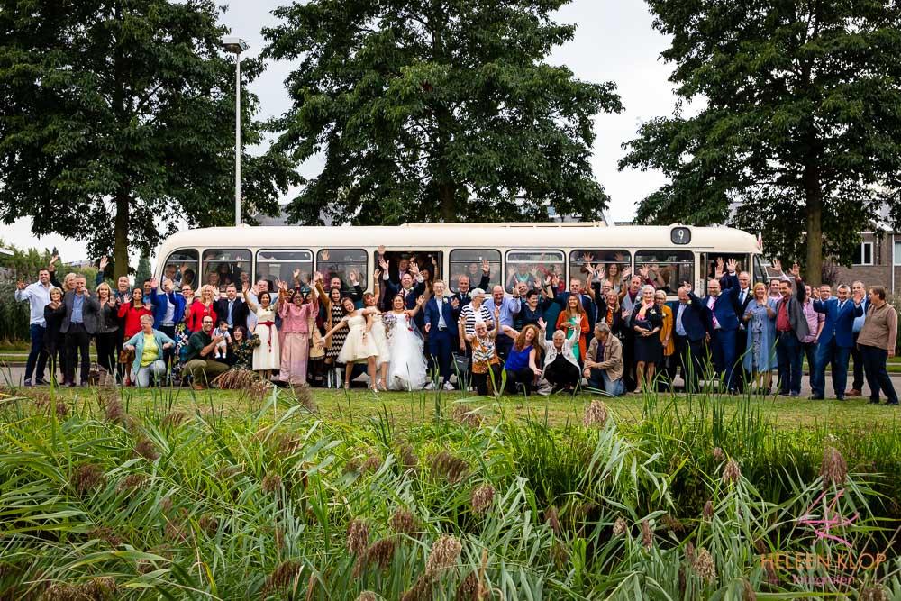 Groepsfoto Met Oude Bus