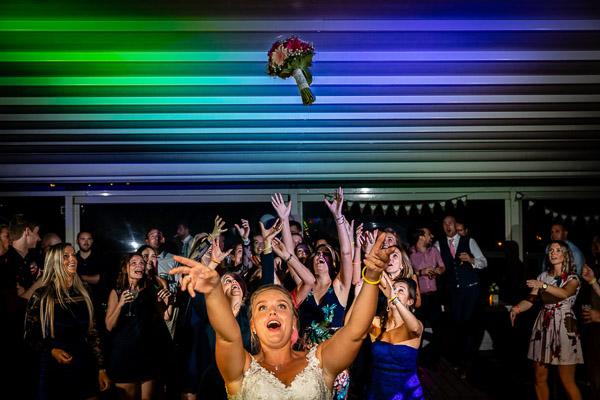 Bruid gooit het bruidsboeket